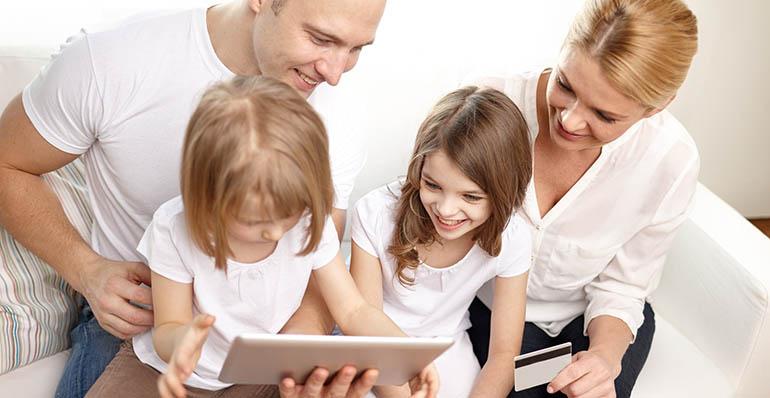 Perhe tutustumassa asuntoon tabletilla