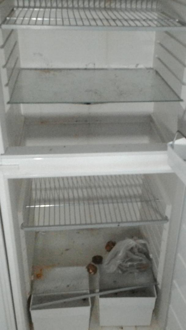 Likainen jääkaappi, jota ei ole siivottu