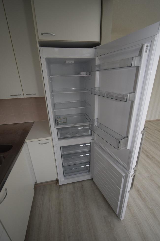Siisti jääkaappi ja pakastin kiinteistössä