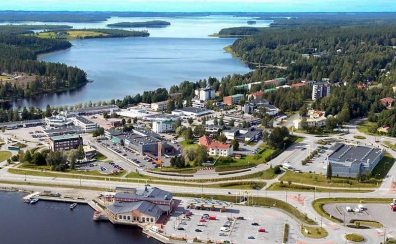 Kuva Viitatasaaren kaupungista, jossa on järviä, metsää ja kaupunkia