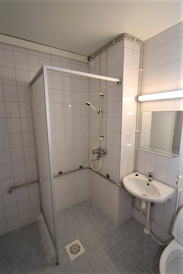 Huoneiston vaalea kylpyhuone
