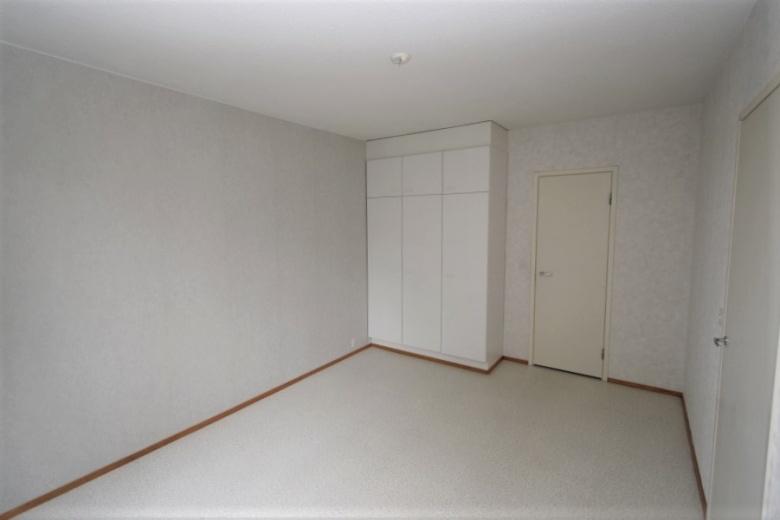 Huoneiston vaalea makuuhuone